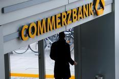 Le produit net bancaire et le bénéfice de Commerzbank ont stagné au quatrième trimestre, pénalisés par des taux d'intérêt bas et par la faiblesse de la demande de crédit de la part des entreprises allemandes. Le bénéfice net de 183 millions d'euros est néanmoins supérieur aux prévisions des analystes. /Photo d'archives/REUTERS/Ralph Orlowski