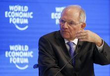 El ministro de Finanzas de Alemania, Wolfgang Schäuble, en la reunión anual del Foro Económico Mundial en Davos, Suiza, el 20 de enero de 2017. El Ministerio de Finanzas alemán está preocupado por el pedido de la semana pasada del presidente estadounidense, Donald Trump, de revisar importantes normas bancarias que fueron fijadas luego de la crisis financiera de 2008, dijo el jueves una fuente del Gobierno germano. REUTERS/Ruben Sprich