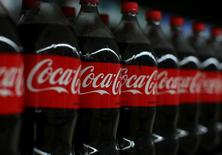 Coca-Cola Co anunció el jueves ingresos trimestrales mejores de lo esperado, aunque su volumen de ventas a nivel global cayó un 1 por ciento por los altos niveles de inflación en algunos países latinoamericanos. En la imagen, botellas de Coca-Cola a la venta en un supermercado en Compton, California, el 10 de enero de 2017.  REUTERS/Mike Blake