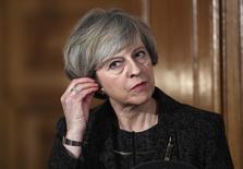 La primera ministra británica, Theresa May, dijo el jueves que iniciará las conversaciones formales de divorcio de la Unión Europea a finales de marzo.  En la imagen, la primera ministra británica Theresa May en rueda de prensa con su homólogo italiano Paolo Gentiloni en el número 10 de Downing Street en Londres, Reino Unido, el 9 de febrero de 2017. REUTERS/Toby Melville