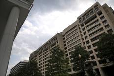 La sede del FMI en Washington, jul 1, 2015. El Fondo Monetario Internacional no ve evidencias sólidas de que se avecinen guerras cambiarias, pero le gustaría que el Grupo de las 20 Principales Economías reafirmen su compromiso con el comercio libre y justo este año, dijo el jueves el portavoz del FMI, Gerry Rice.  REUTERS/Jonathan Ernst
