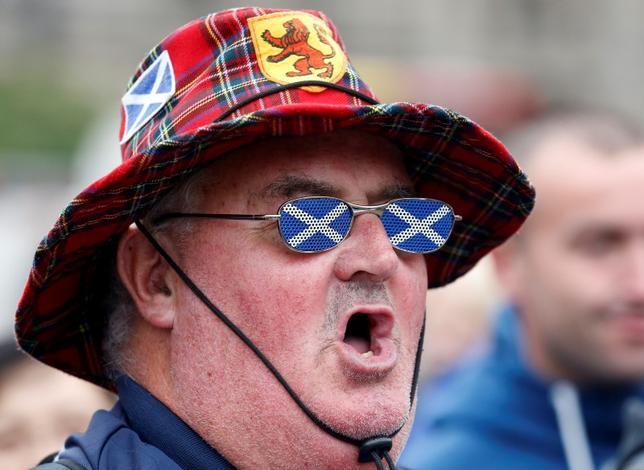 2月9日、ファロン英国防相は、スコットランドの独立の是非を問う2度目の住民投票について、不要との見解を改めて示した。写真は独立を求める「イエス・スコットランド」の支援者。国民投票後のグラスゴーで2014年9月撮影(2017年 ロイター/Cathal McNaughton)
