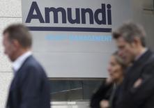 Amundi a annoncé vendredi un bénéfice net en hausse de plus de 7% en 2016 et avoir collecté l'an dernier 62 milliards d'euros d'actifs en dépit d'un environnement de marché particulièrement tendu avec notamment le référendum sur la sortie du Royaume-Uni de l'Union européenne. /Photo d'archives/REUTERS/Philippe Wojazer