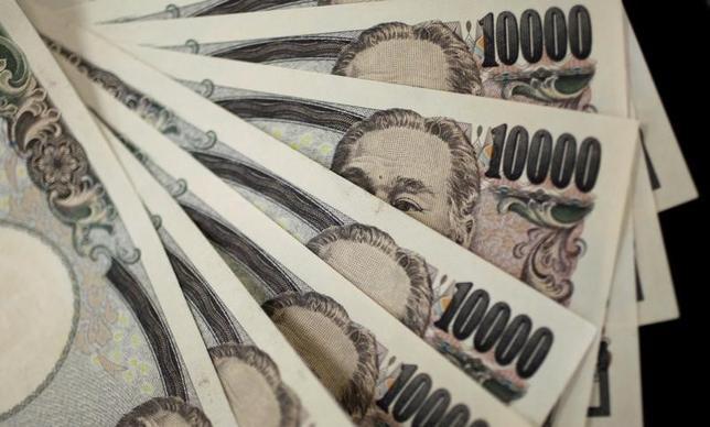 2月10日、日銀が公表した2016年12月の貸出約定平均金利によると、都銀や地銀など国内銀行の貸出残高における平均金利が0.998%となり、初めて1%を割り込んだ。写真は都内で2011年8月撮影(2017年 ロイター/Yuriko Nakao)