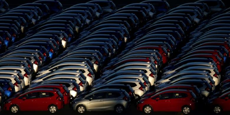 Newly manufactured cars await export at a port in Yokohama, Japan, January 16, 2017. Picture taken January 16, 2017.    REUTERS/Toru Hanai