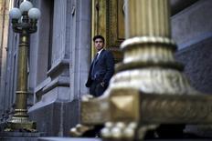 IMAGEN DE ARCHIVO.Un guardia de seguridad, de pie frente a la puerta principal del Banco Central de Chile. 1 de septiembre de 2015.El Banco Central de Chile recortaría su tasa referencial en un cuarto de punto porcentual en febrero, al 3,0 por ciento, y la dejaría en ese nivel durante el resto del 2017 para dar impulso a la debilitada economía, mostró el viernes una encuesta difundida por el organismo. REUTERS/Ivan Alvarado