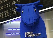 Les principales Bourses européennes ont terminé en petite hausse vendredi, largement soutenues par les secteurs des ressources de base et de l'énergie. À Paris, le CAC 40 a pris 0,04%. Le Footsie britannique a avancé de 0,40% et le Dax allemand a gagné 0,21%. /Photo d'archives/REUTERS/Ralph Orlowski