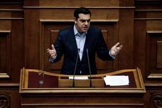 """El primer ministro de Grecia, Alexis Tsipras, durante una sesión en el Parlamento en Atenas, February 10, 2017. El primer ministro griego, Alexis Tsipras, dijo el sábado que creía que la prolongada revisión del rescate financiero a su país se completaría positivamente, aunque señaló que Atenas no aceptaría las demandas """"ilógicas"""" de sus acreedores. REUTERS/Alkis Konstantinidis"""