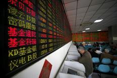 En la foto de archivo, inversores miran pantallas de computadora que muestran información de mercados en un operador bursátil en Shanghái, China. El máximo regulador bursátil de China aún está preparando el lanzamiento de los futuros del petróleo y evalúa la posibilidad de levantar las restricciones impuestas al mercado de acciones durante el último colapso del sector en 2015, dijo el sábado el diario local Shanghai Securities Times. REUTERS/Aly Song/File Photo