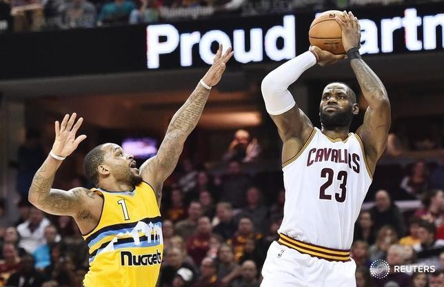 2月11日、NBAのキャバリアーズはナゲッツに125─109で圧勝した。レブロン・ジェームズ(右)が27得点、12アシストをマーク(2017年 ロイター/Ken Blaze-USA TODAY Sports)