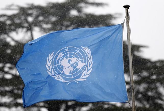 2月13日、中国外務省は13日、北朝鮮が実施した弾道ミサイルの発射実験について、国連決議に違反するとして非難した。写真は国連の旗。ジュネーブで昨年3月撮影(2017年 ロイター/Denis Balibouse)