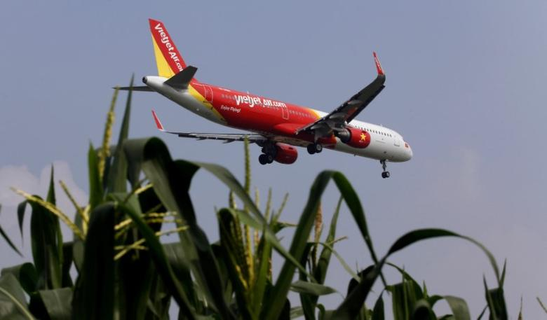 An aircraft of Vietjet prepares for landing at Noi Bai airport, in Hanoi, Vietnam November 21, 2016. REUTERS/Kham/File Photo