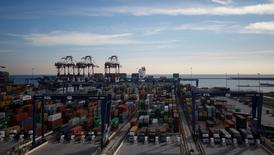 El ministro de Fomento advirtió el lunes que la huelga convocada por los estibadores en los puertos españoles provocaría un enorme daño para la economía española, aunque señaló que continuaban las negociaciones para acercar posturas entre las partes y evitar los paros. En la imagen de archivo, contenedores en el puerto de Barcelona, 24 de enero de 2017. REUTERS/Albert Gea