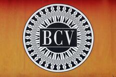 El emblema del Banco Central de Venezuela en una fotografía tomada en Caracas. 21 de julio de 2016. El valor del oro que mantiene el Banco Central de Venezuela (BCV) en sus reservas internacionales disminuyó un 23 por ciento en 2016, según los estados financieros que difundió el lunes la propia entidad.REUTERS/Carlos Jasso