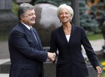 Президент Украины Петр Порошенко приветствует главу МВФ Кристин Лагард перед переговорами в Киеве. 6 сентября 2015 года. Переговоры Международного валютного фонда с Украиной о выделении очередного транша $17,5-миллиардной кредитной программы продвигаются хорошо, сказала в понедельник директор-распорядитель МВФ Кристин Лагард. REUTERS/Valentyn Ogirenko