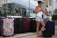 Una turista revisa su teléfono a las afueras de un hotel en Cancún, México, oct 14, 2015. México registró un incremento de un 9 por ciento en el flujo de turistas internacionales a un récord de 35 millones en 2016, desde los 32.1 millones del año anterior, dijo el lunes la Secretaría de Turismo (Sectur).  REUTERS/Edgard Garrido