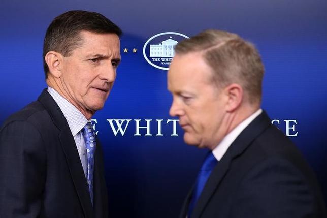 2月13日、スパイサー米大統領報道官(写真右)は、トランプ大統領がフリン大統領補佐官(国家安全保障担当、左)を巡る状況を判断していると述べた。ホワイトハウスで1日撮影(2017年 ロイター/Carlos Barria)