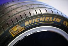 Michelin, à suivre mardi à la Bourse de Paris. La société a annoncé mardi prévoir une nouvelle progression de son bénéfice opérationnel en 2017, après une croissance de 4,5% l'an passé. /Photo d'archives/REUTERS/Wolfgang Rattay