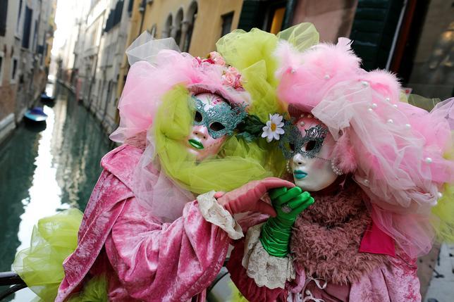 2月12日、イタリア北東部の「水の都」ベネチアで、11日夜のオープニングセレモニーを皮切りにカーニバルが始まり、街は仮装した参加者と観光客でにぎわっている(2017年 ロイター/Tony Gentile)