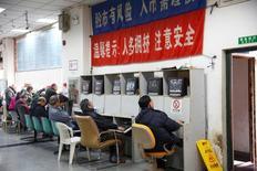 Инвесторы следят за торгами в брокерском доме в Шанхае. Китайские фондовые индексы завершили торги вторника практически без изменений после выхода данных, которые указали на ускорение инфляции до многолетних максимумов, подтверждая сдвиг Пекина в сторону более жесткой монетарной политики.  REUTERS/Aly Song