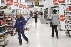 Le taux d'inflation a atteint 1,8% en janvier, au plus haut depuis juin 2014 mais un peu inférieur aux attentes, a annoncé mardi l'Office de la statistique nationale (ONS). /Photo prise le 11 octobre 2016/REUTERS/Neil Hall