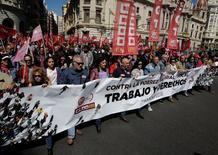 """Los principales sindicatos anunciaron el martes movilizaciones en toda España para exigir a Gobierno y empresarios """"empleo y salarios dignos"""" en un momento en el que el crecimiento económico no va acompañado de una mejora de las condiciones laborales. En esta imagen de archivo, miembros de Unión General de Trabajadores (UGT) y Comisiones Obreras (CCOO) en la manifestación del día de los trabajadores en Valencia, España, el 1 de mayo de 2016. REUTERS/Heino Kalis"""