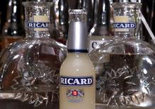 Pernod Ricard serait obligé de répercuter sur le consommateur une éventuelle taxe sur les biens importés aux Etats-Unis, a déclaré mardi Alexandre Ricard, le PDG du groupe de spiritueux. /Photo d'archives/REUTERS