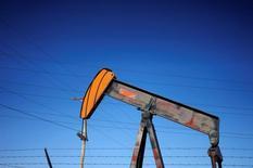 Насос-качалка на нефтяном месторождении рядом с Денвером. Цены на нефть выросли на торгах во вторник благодаря сокращению добычи ОПЕК, но продолжают торговаться в узком коридоре из-за роста производства сырья в других регионах. REUTERS/Rick Wilking/File Photo