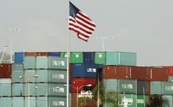 Контейнеры China Shipping в Лос-Анджелесе 7 октября 2010 года. Руководители ряда крупнейших американских ритейлеров, включая Target Corp и Best Buy Co Inc, отправятся в Вашингтон на этой неделе в попытке доказать, что противоречивый налог на импорт приведёт к росту потребительских цен и ударит по деятельности компаний, сказали источники, знакомые с планами ритейлеров.  REUTERS/Lucy Nicholson