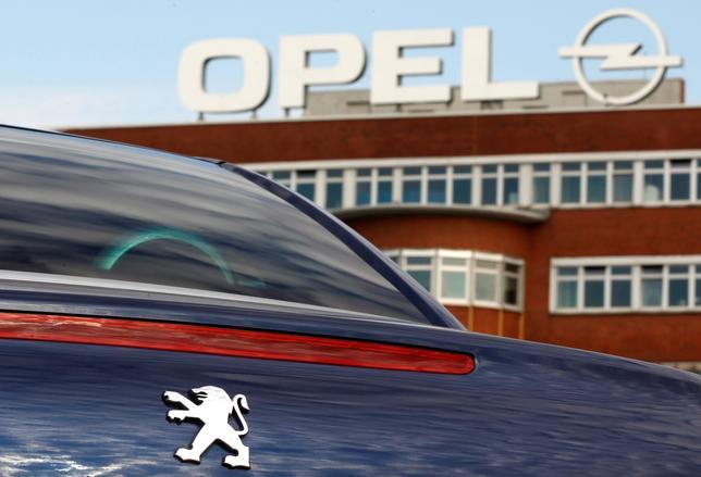 2月14日、仏自動車大手PSAグループは、米ゼネラル・モーターズ(GM)傘下の独オペル買収に向けた協議を進めていることを明らかにした。GMが持つ英子会社ボクスホールも加え、実質的にGMの欧州事業全体を取得する取引に発展する可能性もある。写真はドイツ、ボーフムのオペル工場前で2012年10月撮影(2017年 ロイター/INA FASSBENDER)
