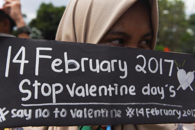 2月14日、アジア最大のイスラム教徒人口を抱えるインドネシアやパキスタンの一部地域で、安易な性行為を助長し、文化的な規範に反するとして、バレンタインデーを祝うことが禁止された。写真はバレンタインデーに抗議するイスラム教徒の学生。13日にスラバヤで撮影の提供写真(2017年 ロイター/Antara Foto/Zabur Karuru)