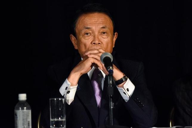 2月15日、麻生太郎副総理兼財務相は衆院財務金融委員会に出席し、米連邦準備理事会(FRB)が仮に今年3回利上げすれば「資本流出で新興国経済にリスク。アジアの国などきついことになる」と指摘した。写真は昨年10月、米ワシントンにおけるIMF世銀年次総会での記者会見に応じる麻生太郎副総理兼財務相(2017年 ロイター/James Lawler Duggan)