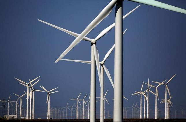 2月15日、世界銀行は新たな報告書を発表し、2030年までに持続可能なエネルギーへの転換を目指す世界的な取り組みの中で、中国やブラジルなどの新興国がリーダーとして頭角を現してきていると述べた。写真は中国の風力発電所の様子。瓜州県で2013年9月撮影(2017年 ロイター/Carlos Barria)