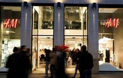 El minorista de moda sueco H & M anunció el martes un aumento del 8 por ciento en las ventas de enero, una cifra ligeramente por debajo de lo esperado. En la imagen de archivo, un escaparate de una tienda de H&M. REUTERS/Régis Duvignau