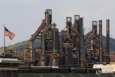 Завод Bethlehem Steel в Бетлехеме, Пенсильвания 22 апреля 2016 года. Планируемые президентом США Дональдом Трампом дерегулирование финансового сектора и меры бюджетного стимулирования немного ускорят рост ВВП США в 2017 году, свидетельствует опрос Рейтер, однако экономисты назвали низкой вероятность 4-процентного расширения экономики. REUTERS/Brian Snyder
