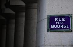 Les Bourses européennes évoluent dans le vert mercredi à mi-séance, soutenues par les valeurs bancaires. À Paris, le CAC 40 prend 0,45% (22,18 points) à 4.918,00 points vers 11h25 GMT. À Francfort, le Dax avance de 0,20% et à Londres, le FTSE s'octroie 0,37%. /Photo d'archives/REUTERS/Christian Hartmann