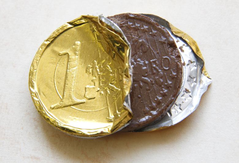 FILE PHOTO:A one Euro coin made of chocolate is displayed in this photo illustration taken in Ljubljana September 11, 2012.  REUTERS/Srdjan Zivulovic/File Photo