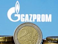 Монеты валюты евро на фоне логотипа Газпрома в Зенице 21 апреля 2015 года. План Газпрома подключиться к Трансадриатическому газопроводу (TAP), который задуман как альтернатива российскому газу для стремящейся к независимости Европы, грозит подорвать основу энергетической политики блока и замедлить разработку месторождений на востоке Средиземноморья. REUTERS/Dado Ruvic