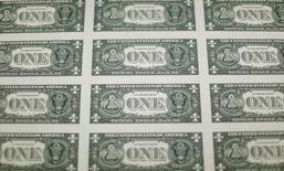 La parte trasera de billetes de un dólar de Estados Unidos se ven durante la producción en la Oficina de Grabado e Impresión en Washington, Estados Unidos. 14 de noviembre 2014.El dólar anotaba su undécima subida diaria consecutiva el miércoles, mientras el mercado aguarda las cifras de la inflación en Estados Unidos, que esperan apoyen los argumentos para un alza de las tasas de interés el mes próximo. REUTERS/Gary Cameron