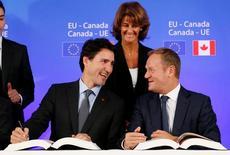 Imagen de Donald Tusk y el primer ministro canadiense Justin Trudeau tomada en Bruselas, Bélgica el 30 de octubre de 2016.La Unión Europea y Canadá aseguraron el miércoles la aprobación de un disputado acuerdo de libre comercio y la eliminación de aranceles a la importación, que sus defensores dicen que impulsará el crecimiento y el empleo a ambos lados del Atlántico.    REUTERS/Francois Lenoir