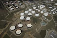 La imagen de archivo muestra una vista aérea de tanques de almacenamietno de crudo en el centro petrolero Cushing, en Oklahoma, EEUU. Los inventarios de crudo en Estados Unidos aumentaron la semana pasada por una menor producción en refinerías, mientras que las existencias de destilados bajaron y las de gasolina subieron, informó el miércoles la Administración de Información de Energía (EIA). REUTERS/Nick Oxford