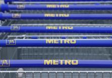 """Тележки с логотипом Metro. Лангенцерсдорф, 30 марта 2016 года. Немецкий ритейлер Metro AG планирует к 2020 году увеличить """"на порядок"""" количество франчайзинговых магазинов по сравнению с работающими сейчас 200 магазинами, сказал в среду новый гендиректор Metro Cash&Carry Russia Джери Калмис. REUTERS/Heinz-Peter Bader"""