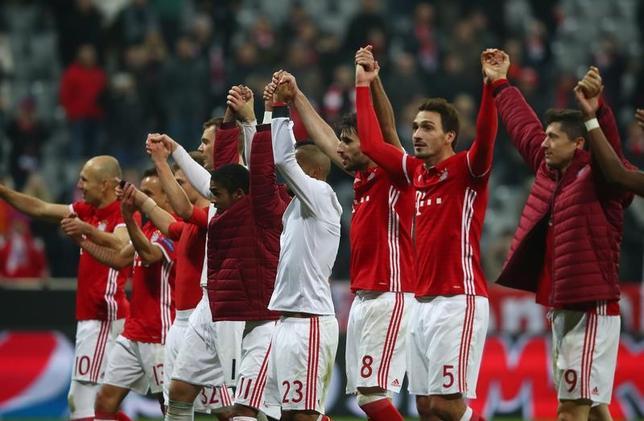 2月15日、サッカーの欧州CL16強の第1戦、バイエルン・ミュンヘンがホームでアーセナルに5─1で圧勝した。写真は試合を終えたバイエルンの選手たち(2017年 ロイター)