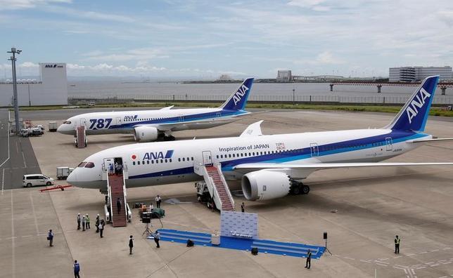 2月16日、ANAホールディングス傘下の全日本空輸は16日午後3時から「重要な経営課題」について記者会見する。写真の全日空機は羽田空港で2014年8月撮影(2017年 ロイター/Yuya Shino)