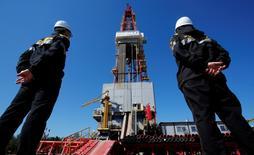 Буровая вышка на месторождении Роснефти Приразломное рядом с Нефтеюганском. Роснефть приступила к бурению первой разведочной скважины на проекте Солимойнс в Бразилии, сообщила крупнейшая российская нефтекомпания в четверг.  REUTERS/Sergei Karpukhin/File Photo