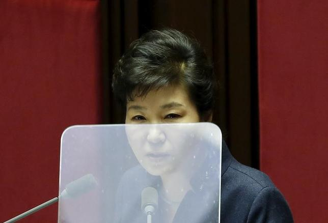2月16日、韓国の裁判所は、朴槿恵大統領を巡る疑惑などを調べる特別検察による青瓦台(大統領府)の家宅捜索を行うための令状の請求を退けた。聯合ニュースが報じた。写真はソウルで昨年2月撮影(2017年 ロイター/Kim Hong-Ji)