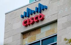 Логотип Cisco в Сан-Диего. Компания Cisco Systems Inc отчиталась о превысившей ожидания квартальной выручке и прибыли, главным образом благодаря уверенному спросу на продукты для безопасности. REUTERS/Mike Blake/File Photo