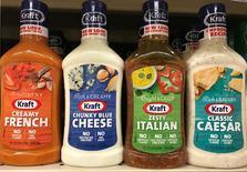 Салатные заправки Kraft Heinz. Kraft Heinz Co, производитель сыров Velveeta, кетчупа Heinz и мясной продукции Oscar Mayer, отчитался о превзошедшей ожидания скорректированной прибыли за счёт сокращения расходов.    REUTERS/Chris Helgren