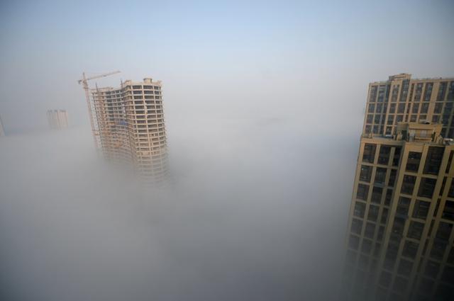 2月16日、中国では1日また1日と、信頼できる経済指標が姿を消している。過熱する中国不動産価格の動向を示す独立経済指標2つが最近、静かに公表を停止した。写真は山東省で11月撮影(2016年 ロイター)