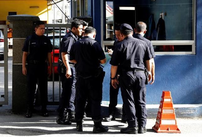 2月16日、マレーシアの警察当局は、北朝鮮の金正恩朝鮮労働党委員長の異母兄、金正男氏が同国で死亡した事件に関連して、3人目の容疑者を逮捕したと発表した。金正男氏の遺体を収容する病院、クアラルンプールで16日撮影(2017年 ロイター/Edgar Su)